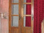 Porta antica scorrevole a giorno per interno moderno