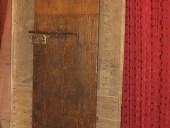 Lato posteriore porta antica restaurata
