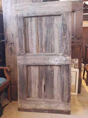 Porta antica rustica vista posteriore