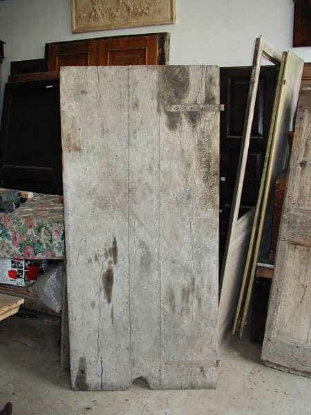 Vecchia porta fatta a mano prima del restauro.