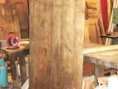 La porta antica rustica dopo l'allungamento e l'allargamento