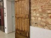 La porta antica fatta a mano montata come scorrevole
