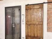 La porta antica scorrevole è una porta d'arredo