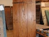 Porta antica rustica restaurata nella vista esterna
