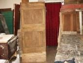 Vista anteriore della porta rustica durante il restauro
