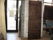 Una porta vecchia che rompe gli schemi di un interno