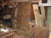 La porta vecchia rustica dopo l'allungamento