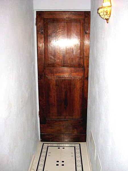 L'Altra porta antica arreda l'interno