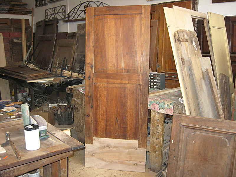 La porta antica in noce allungata