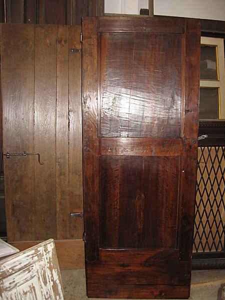 La vista posteriore della antica porta in noce completata
