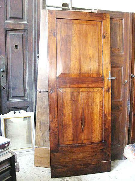 L' Altra porta in noce restaurata