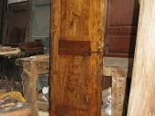 Porta vecchia in pioppo restaurata