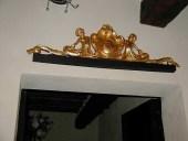 Dettaglio del fregio dorato a foglia d'oro.