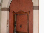 Vista complessiva del portone modenese del ' 600 restaurato e collocato