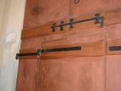 Dettaglio ferramenta ebanizzata facciata posteriore portone antico.