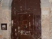 Vista esterna del portone antico prima del restauro