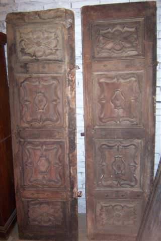 Portone antico a due battenti in castagno intagliato, del ' 600.