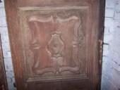 Vista bugnatura(pannello) del portone antico.
