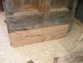 Il portoncino durante il restauro.