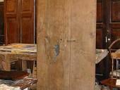 Vista posteriore del portoncino antico in castagno