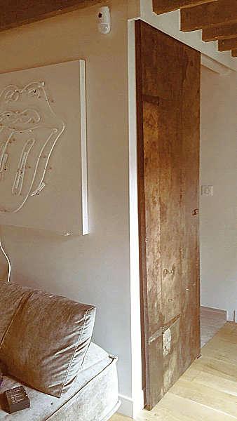 9) Porta antica restaurata e collocata come scorrevole