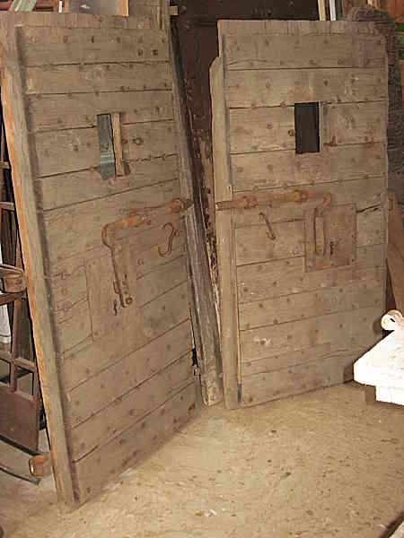 10) Antiche porte di cella di una prigione