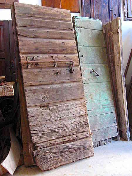 12) Portone antico stalla, del ' 700 in quercia, usato per anni all'esterno