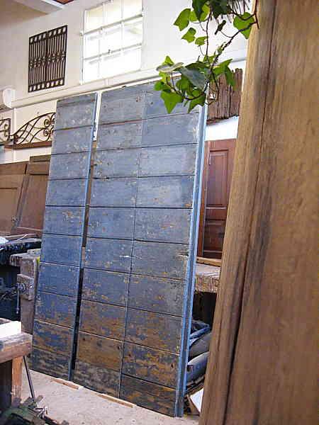 11) Il portone antico pronto per la collocazione in un interno moderno