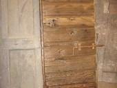 Il portone antico esterno restaurato  pronto per arredare un interno