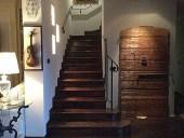 3) Portone antico esterno restaurato e collocato in un interno per arredare