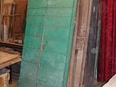 5) Antico portoncino da stalla a doghe orizzontali consumato