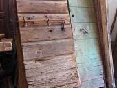 12) Portone antico stalla del ' 700, in quercia, usato per anni all'esterno