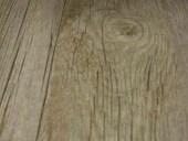 11) Il pavimento di tendenza, grigio ad effetto legno, che sarà abbinato al portone antico