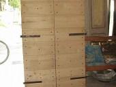 Portoncino in castagno dopo il montaggio delle bandelle antiche.