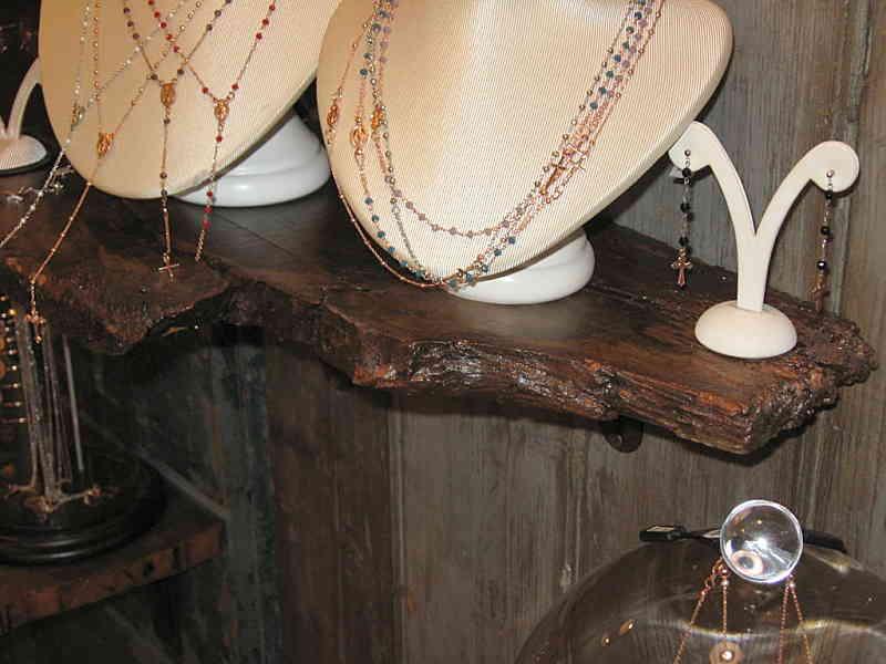 Un'altra mensola per esporre gioielli