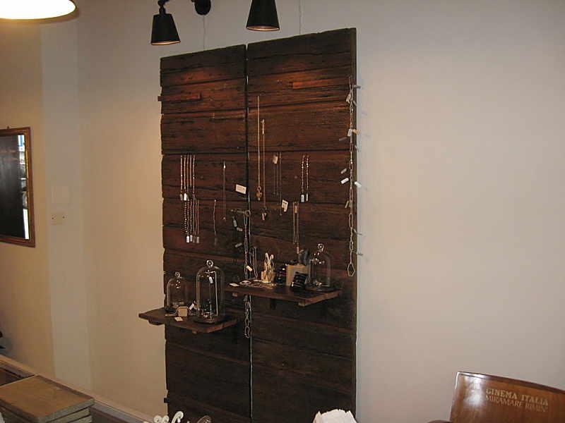 Un portone antico arreda un negozio di gioielli portantica for Negozi arredamento treviglio
