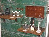 Le mensole realizzate con antiche tavole e fissate ai portoni vecchi