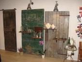 Due portoni vecchi ed una porta vecchia scorrevole arredano il negozio di gioielli
