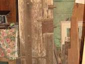 Il portoncino pedonale del portone antico nella vista posteriore