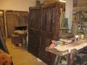 Il portone rustico restaurato nella vista interna