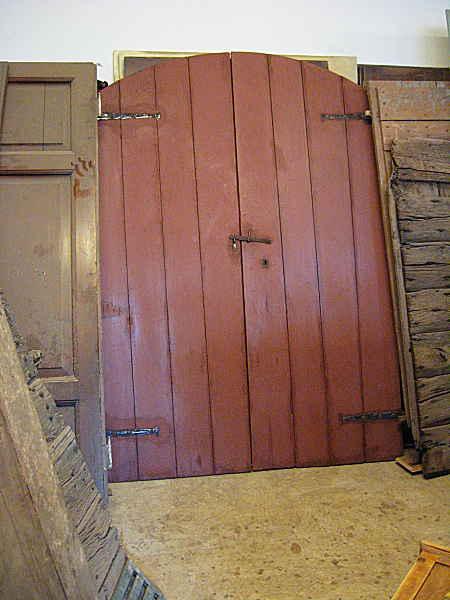 Il portone di casa colonica restaurato, dalla parte interna