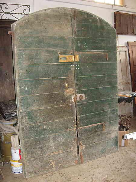 Antico portone di stalla da restaurare