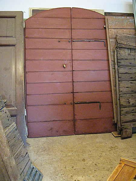 Portone da stalla restaurato