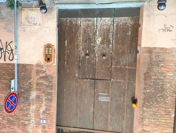 Antico portone di Bologna prima del restauro