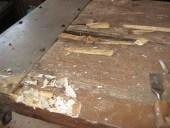 Rimozione delle stuccature e delle parti in legno non incollate perfettamente