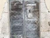 Portoncino antico sardo diventa porta interna di un bagno