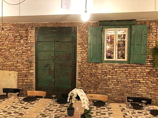 Portone antico restaurato arreda sala ristorante