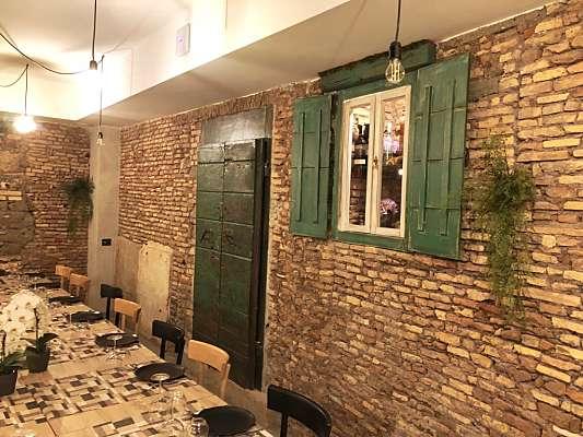 Portone antico arreda interno ristorante