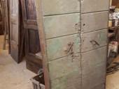 Portone antico chiude nicchia murale