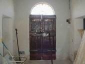 Il portone antico dopo il restauro nella vista interna